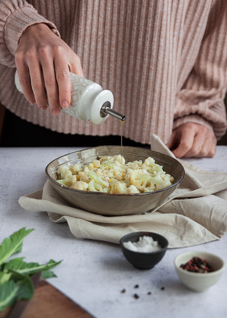 Maslinovo ulje preko salate od cvjetače