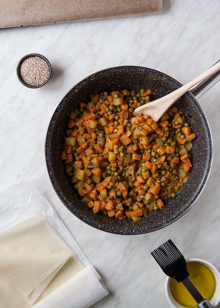 Punjenje za samose (bundeva, krumpir, grašak i mrkva) u tavi.