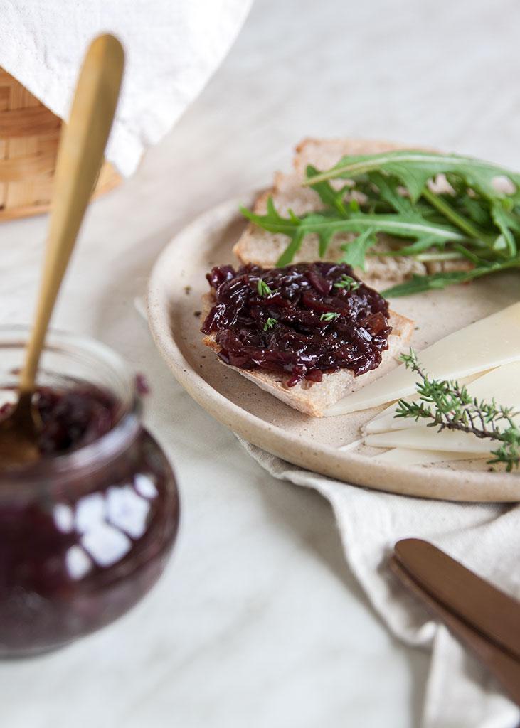 Džem od luka namazan na kruhu