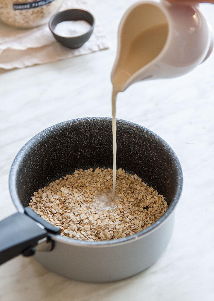 Ulijevanje mlijeka u lonac sa zobenim pahuljicama